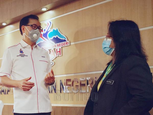 Frankie berbincang dengan Pengarah Kesihatan Negeri Sabah Dr Christina Rundi berhubung status terkini kes kolera di Sabah semasa bertemu di Pejabat Jabatan Kesihatan Negeri Sabah.
