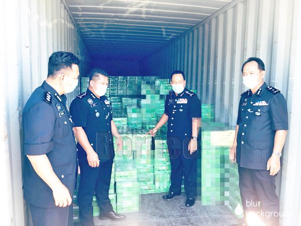 Salah satu kontena mengandungi sejumlah minuman keras yang dirampas dalam beberapa serbuan penghujung Jun.