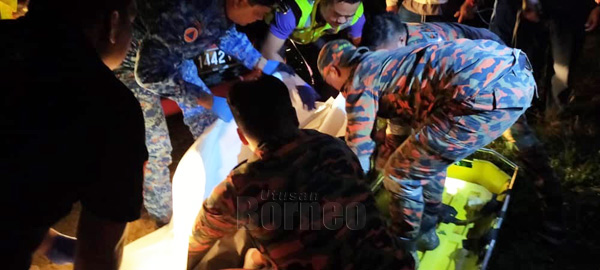 Mangsa yang ditemukan lemas oleh pasukan SAR diserahkan kepada pihak polis untuk tindakan selanjutnya.