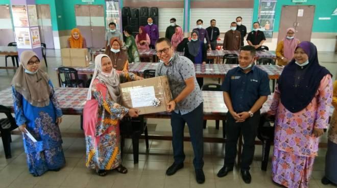 Abdullah menyampaikan sumbangan kepada sekolah-sekolah di kawasannya.