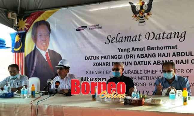 Abang Johari (dua kiri) semasa bercakap pada sidang media lawatan kerja ke tapak pembangunan Projek Loji Metanol Sarawak di Tanjung Kidurong, kelmarin.