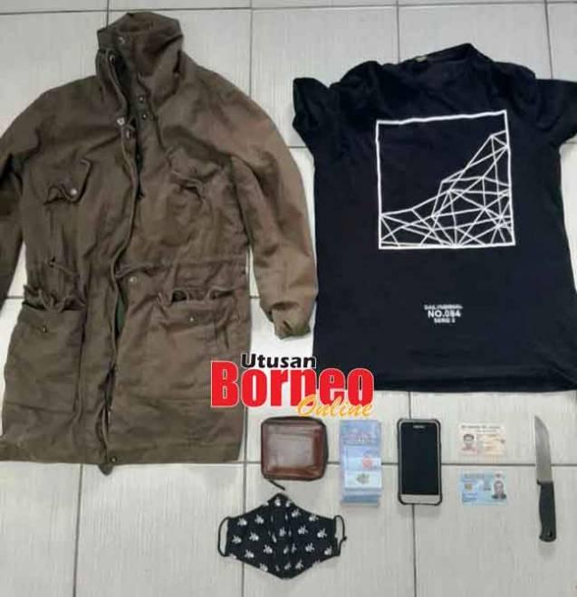 Baju dan beberapa barang dirampas daripada suspek untuk siasatan kes rompakan.