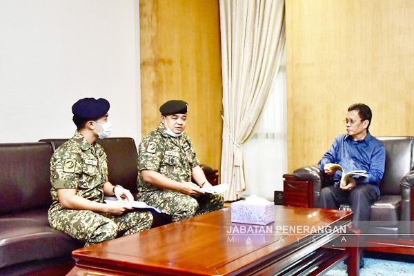Hafizuddeain (tengah) berbincang dengan Shafie (kanan) sambil diperhati Nazulisyam (kiri).