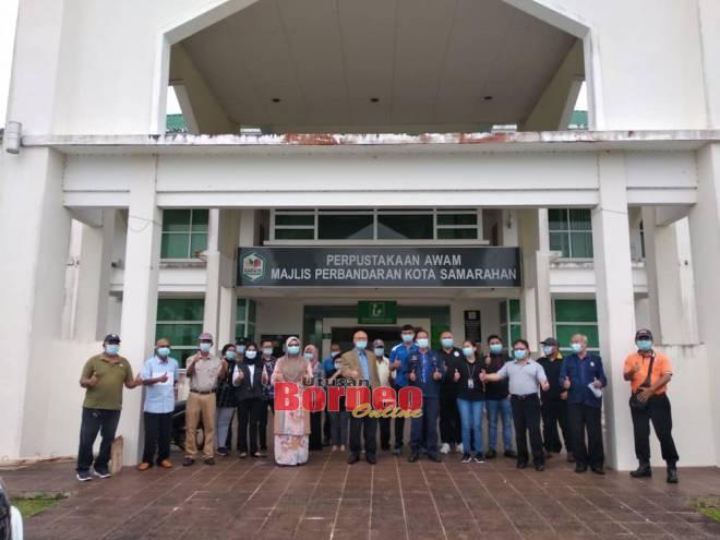 Minos (tengah) merakamkan gambar bersama yang lain selepas pelancaran kempen anti rabies di MPKS, Khamis lepas.