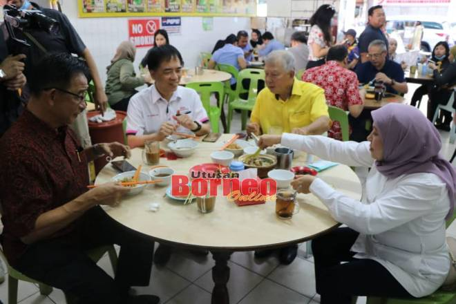 Nancy (kanan) bersama Abdul Karim (kiri), Sebastian (dua kiri) dan Hii menikmati juadah popular Sarawak di Yong Hua Cafe, Satok.