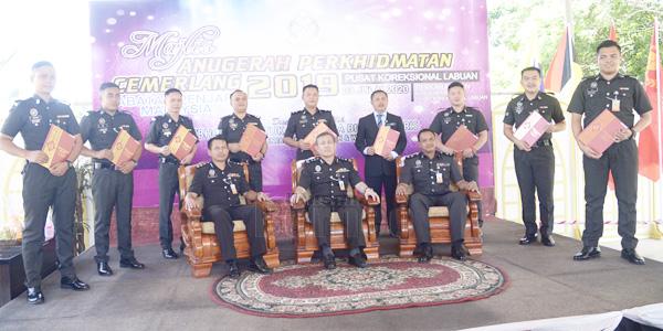 Suria (duduk tengah) bergambar kenangan bersama penerima Anugerah Perkhidmatan Cemerlang 2019.