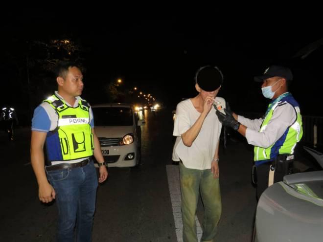 Lim bersama anggotanya membuat ujian kandungan alkohol terhadap pemandu yang ditahan dalam operasi tersebut, malam tadi.