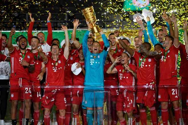 Pemain Bayern Munich menjulang trofi Piala Jerman yang dimenangi selepas perlawanan final menentang Leverkusen di Stadium Olympic di Berlin. — Gambar AFP