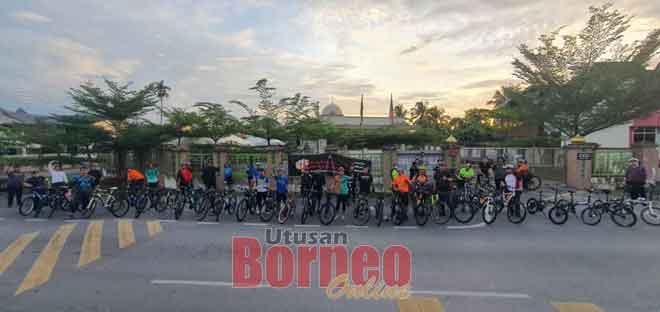 Peserta program kayuhan santai 'Sunday MTB Ride' di hadapan Surau Darul Islam Kampung Bandong, Jalan Bandong, Sibu semalam.