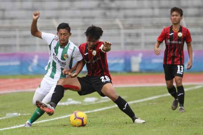 Penyerang muda, Amir Amri Salleh (kiri) kini diserapkan dalam skuad Kuching FA.