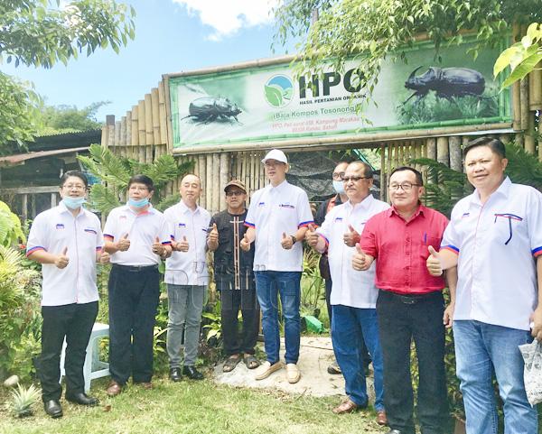 Ewon (kiri), Madius (lima dari kiri) bergambar bersama rombongan ketika melawat kilang memproses baja organik di Kg.Marakau Ranau.