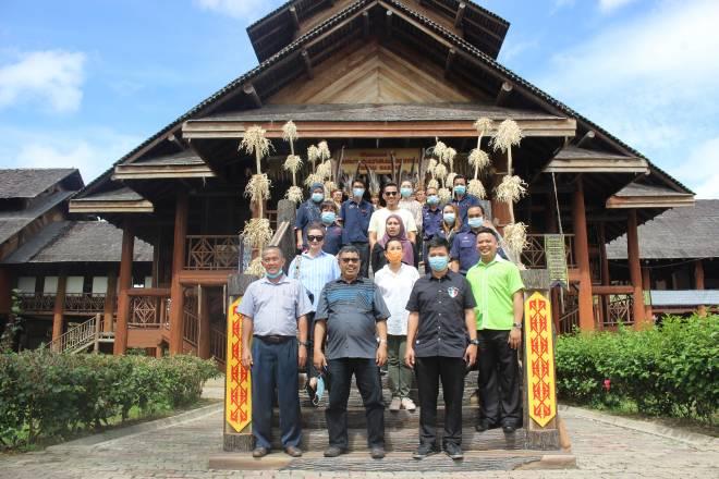 Hiew (kanan sekali) bersama rombongan bergambar sebaik tiba di Pusat Kebudayaan Murut Sabah Tenom.