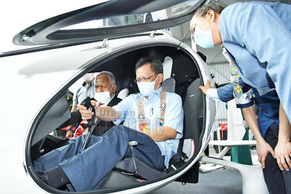 Shafie menaiki Gyrocopter yang pertama di Sabah dan juga model pertama di Malaysia, iaitu AutoGyro Cavalon 915is ketika lawatan rasmi ke Pusat Latihan Aeroangkasa KKIP.