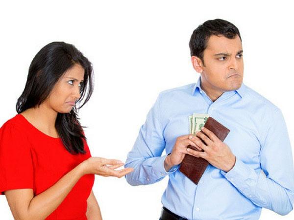 Orang kedekut sukar untuk memberi atau memberi pinjaman barang mereka atau wang kepada orang lain.
