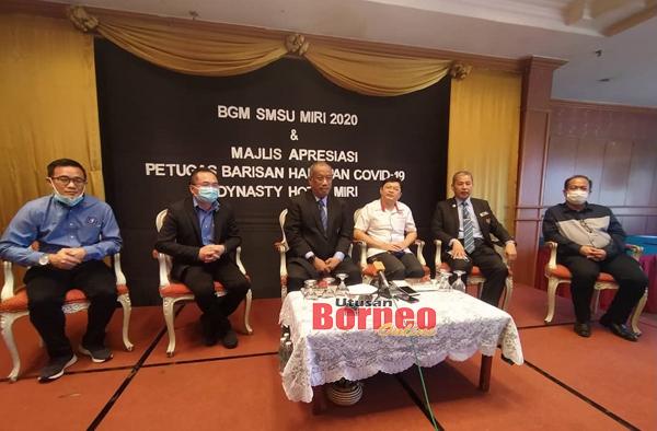 Abdul Rahman ketika bercakap kepada pemberita semasa sidang media di Miri, hari ini, sambil disaksikan oleh (dari kiri), Omar, Bong, Dr Jack, Roslan dan Rowland.