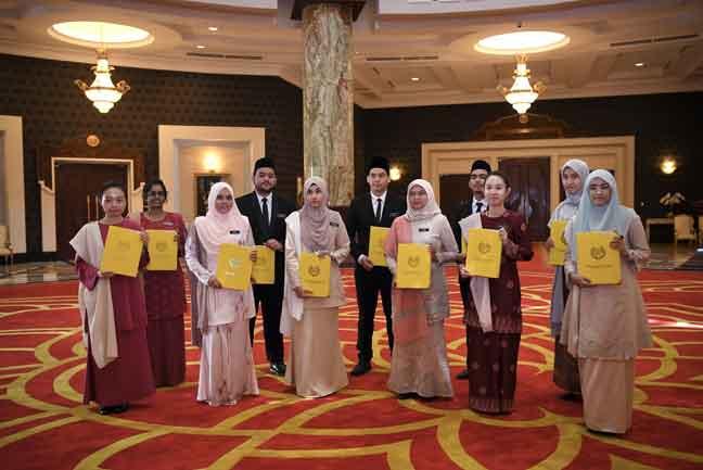 Agong Kurnia Biasiswa Kepada 11 Pelajar Utusan Borneo Online