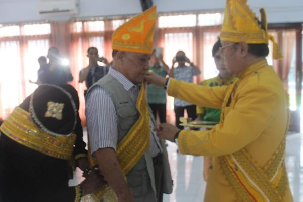 Haji Masrin dikurniakan gelar Datu oleh Ketua Dewan Adat Tolitoli.