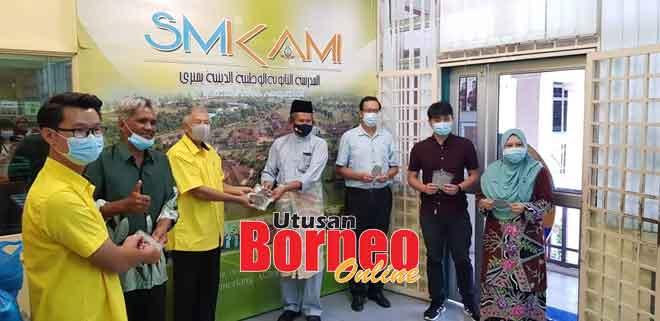 Ting nyuaka bantu sengkabung idung enggau mulut ngagai Prinsipal SMK Agama, Ustaz Ahmad Fauzi Yaakob kemari.