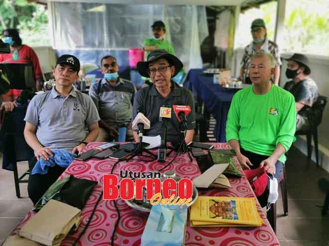 Karim bejaku ba aum media di Kuil Sri Maha Mariamman ba Gunung Matang kemari. Sama bisi dipeda Hii (kiba) enggau Sebastian (kanan). — Gambar Roystein Emmor