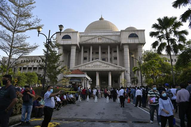 Kompleks Mahkamah Kuala Lumpur jadi tumpuan pagi ini. - Gambar Bernama