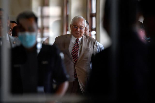 Najib di pekarangan Kompleks Mahkamah Tinggi Kuala Lumpur hari ini. - Gambar Bernama