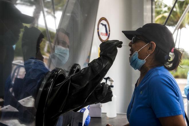 Gambar fail 24 Julai menunjukkan seorang wanita menjalani ujian saringan COVID-19 di Miami, Florida. Amerika Syarikat kelmarin melaporkan kematian akibat COVID-19 di negara itu kini mencecah 150,000. — Gambar AFP