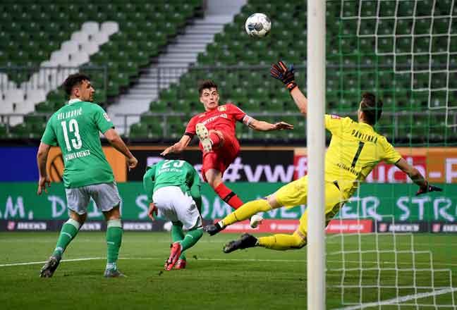 Gambar fail bertarikh 18 Mei 2020 ini menunjukkan Kai Havertz (tengah) beraksi menentang pasukan Werder Bremen dalam aksi Bundesliga. — Gambar AFP