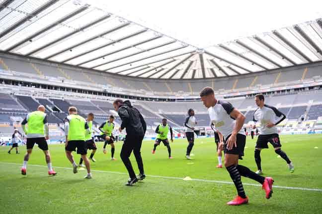 Pemain Newcastle United memanaskan badan sebelum beraksi di St James Park di Newcastle, bulan lalu. — Gambar AFP