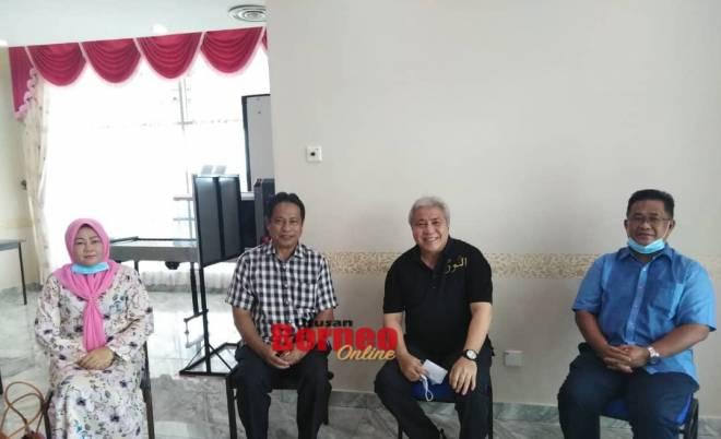 Awang Tengah (tiga kiri) bersama Khalthom (dari kiri), Dr Abdu Rahman dan Ahmad Denney di Lapangan Terbang Limbang hari ini.