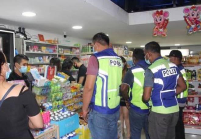 Anggota yang terlibat semasa melakukan pemeriksaan di sebuah kedai runcit yang ingkar SOP.