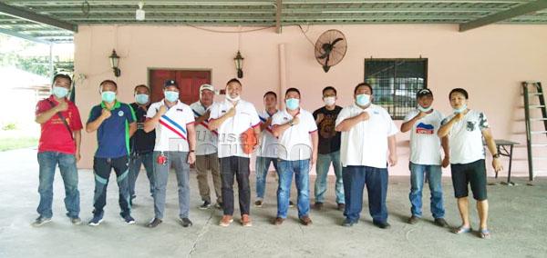 Charles (tiga kanan) bersama seluruh ahli jawatankuasa Pemuda UPKO Tuaran merakamkan gambar kenangan.