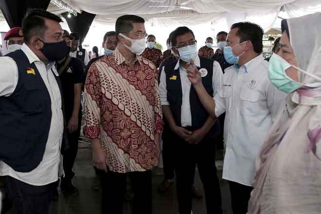 Mohamed Azmin (dua kiri) mendengar penerangan daripada Pengerusi Penggerak Komuniti Negara Nazree Yunus (dua kanan) pada Program Korban Perdana Penggerak Komuniti Negara Negeri Sembilan di Laman D'Permai, Juasseh, Kuala Pilah semalam. Turut hadir, Zuraida (kanan).  — Gambar Bernama