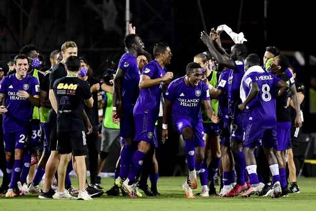 Pasukan Orlando City meraikan kejayaan mereka menewaskan Los Angeles FC sekali gus mara ke separuh akhir Kejohanan MLS di Reunion, Florida AS. — Gambar AFP