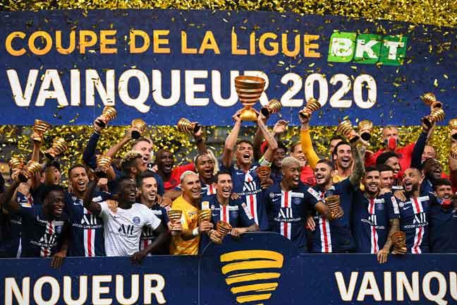 Pemain dan kru pasukan PSG meraikan kejayaan mereka yang dinobatkan sebagai juara Liga Perancis selepas menewaskan Olympique Lyonnais dalam perlawanan akhir yang berlangsung di Stade de France di Saine-Denis. — Gambar AFP