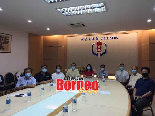 Dr Wong (tiga kanan), Wong (empat kiri), Teo (empat kanan) serta yang lain pada sidang media di UCA Sibu semalam.