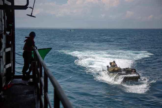 Gambar fail serahan Marin AS menunjukkan kenderaan serangan amfibia (kanan) semasa sesi latihan di Lautan Atlantik pada 15 Jun, 2018. — Gambar AFP