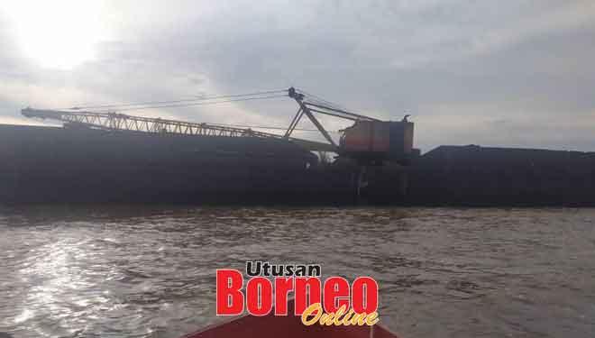 Keadaan tongkang yang masih berada di kawasan kapal tunda karam.