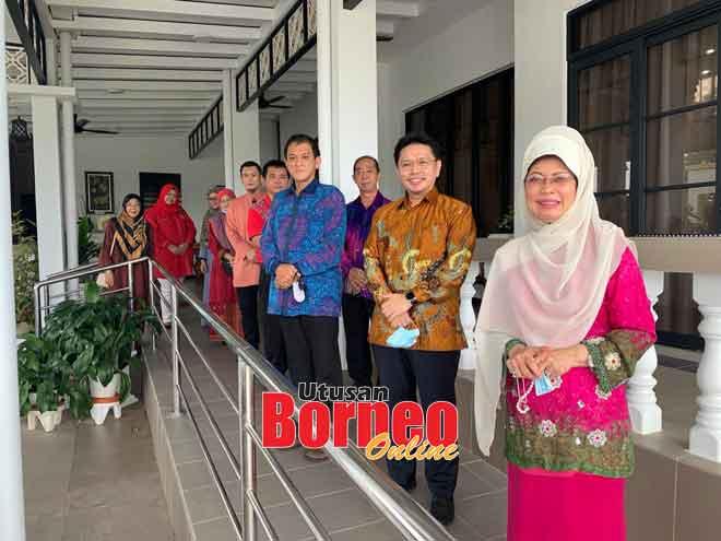 Tony (dua kanan) serta ahli MACMA Sarawak yang lain merakam kenangan bersama Fatimah.