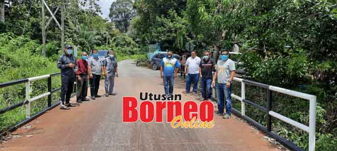Ripin (kiri) bersama rombongan bergambar di jambatan baharu Kampung Subak Jaya, semalam.
