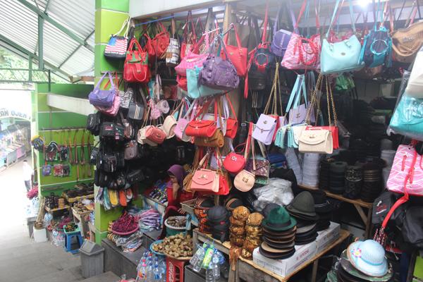Beg tangan dan pelbagai cenderamata yang dijual kepada pengunjung.