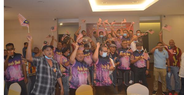 Kumpulan sembang Anak Jati Kg. Tanjung Aru Baru ini, bersemangan]t menyanyikan lagu patriotik sempena program itu.