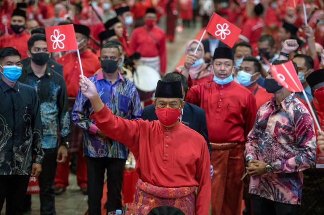 Muhyiddin menyanyikan lagu 'Perjuangan Kita' ketika hadir pada Majlis Ulangtahun ke-4 Parti Bersatu di Pusat Dagangan dan Pameran Antarabangsa Malaysia (MITEC) malam tadi. - Gambar Bernama