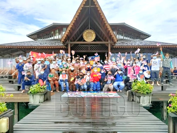 Para peserta Program Merdeka@Komuniti Eksplorasi Negaraku di Lankayan Island Dive Resort.