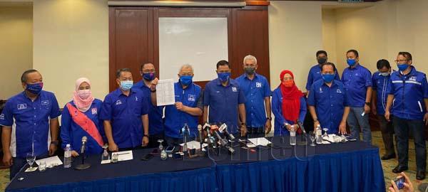 Bung menunjukkan senarai calon UMNO dalam sidang media di Kota Kinabalu. - Gambar oleh Teo Hock Soon
