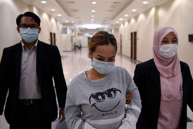 Le (tengah) dihukum penjara sehari dan denda RM1,000 oleh Mahkamah Sesyen di Kuantan, semalam selepas mengaku salah menawarkan rasuah berjumlah RM50 kepada anggota polis Isnin lalu. — Gambar Bernama