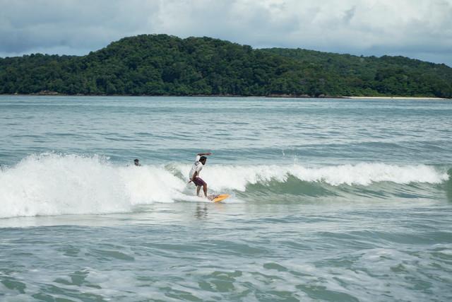 Menjinak gelombang ganas bersama Komuniti Peluncur Ombak Langkawi