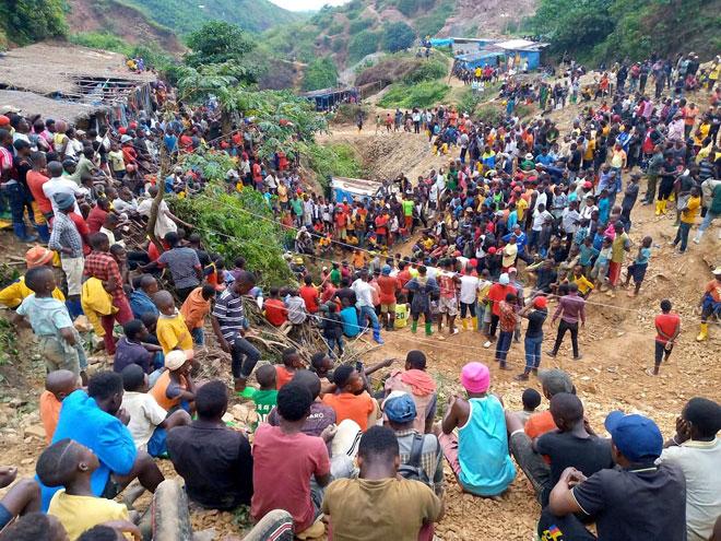 Ratusan penduduk berkumpul di pintu masuk salah sebuah lombong tersebut di Kamituga, Kivu Selatan kelmarin. — Gambar AFP