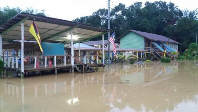 Keadaan SK Nanga Ibun yang ditenggelami air setinggi lebih kurang lima kaki.