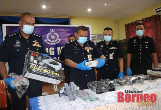 Aidi ditemani Jasmirol (kiri) dan Aswandy (dua kanan) menunjukkan dadah jenis syabu dan barang kes yang dirampas.