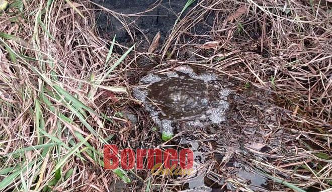Cecair dipercayai gas asli membuak-buak dari lubang tanah di bekas tapak telaga minyak di Bukit Kanada, Miri.